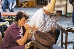 Traditionell folk mässa i heder av helgonet Istvn och det första brödet i Ungern med folk förlage budapest hungary Arkivbilder