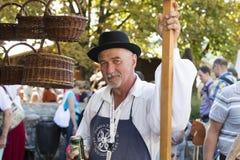 Traditionell folk mässa i heder av helgonet Istvn och det första brödet i Ungern med folk förlage budapest hungary Royaltyfri Bild