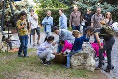Traditionell folk mässa i heder av St Istvan och den första hleten i Ungern med folk hantverkare budapest hungary Arkivfoto