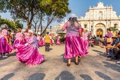 Traditionell folkdans i den centrala plazaen, Antigua, Guatemala arkivfoton