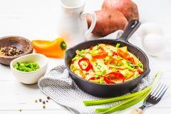 Traditionell fritatta med peppar och potatisar royaltyfri fotografi