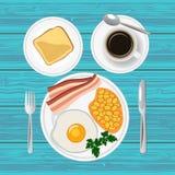 Traditionell frukost med det stekt ägget, bacon, bönor, rostat bröd och kaffe Top beskådar Arkivfoto