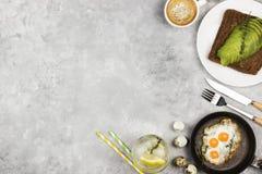 Traditionell frukost - rostat bröd från rågbröd med avokadot som stekas Arkivfoto