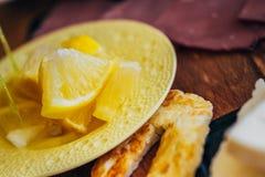 Traditionell frukostdisk med citroner royaltyfri bild