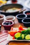 Traditionell frukostdisk med den Tomatoe gurkan och oliv arkivbild