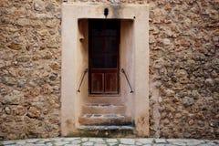 Traditionell gammal dörr och vägg i den historiska byn Deia i Majorca Arkivfoton