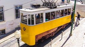 Traditionell gammal gul touristic spårvagn i Lissabon Arkivfoto