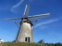Traditionell gammal holländsk väderkvarn mot himlen Arkivfoton