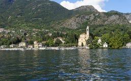 Traditionell gammal kyrka på den Como lakesiden Arkivbilder