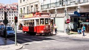 Traditionell gammal röd touristic spårvagn i Lissabon Arkivfoto