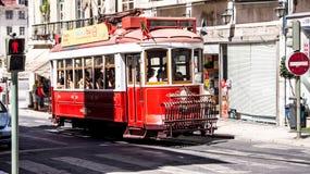 Traditionell gammal röd touristic spårvagn i Lissabon Fotografering för Bildbyråer