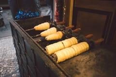Traditionell gatamat av landsTjeckien Förbereda sig av Trdelnik - traditionellt tjeckiskt bageri Tjeckisk söt bakelse kallade Trd Royaltyfri Foto