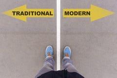 Traditionell gegen moderne Textpfeile auf Asphaltboden, -füßen und -sH stockbilder