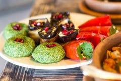 Traditionell georgian mat: BadridÅ ¼ani och välfyllda grönsaker Royaltyfri Fotografi