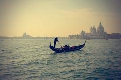 Traditionell gondol på den stora kanalen, Venedig arkivfoto