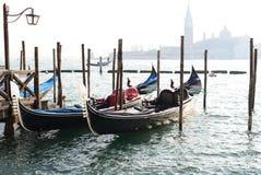Traditionell gondol på kanalen som är stor med den San Giorgio Maggiore kyrkan Royaltyfri Fotografi