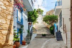 Traditionell grekisk färggata av den Sitia staden på Kretaön Royaltyfri Fotografi