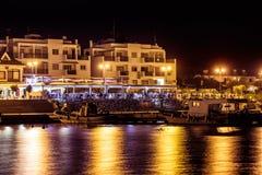 Traditionell grekisk fiskrestaurang på den Zygi byn på natten Larn royaltyfri fotografi