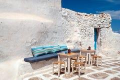 Traditionell grekisk gränd på den Mykonos ön Arkivfoto