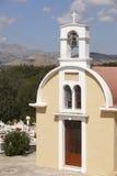 Traditionell grekisk kyrka med kyrkogården crete Grekland Arkivfoto
