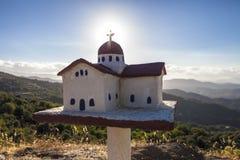 Traditionell grekisk liten kyrka nära vägen Arkivfoto