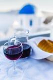 Traditionell grekisk mat och hemlagat rött vin arkivbild