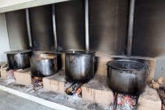 Traditionell grekisk mat är förberedd för den stora årliga festivalen Arkivfoton