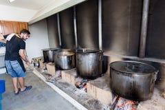 Traditionell grekisk mat är förberedd för den stora årliga festivalen Royaltyfri Foto