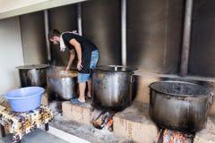 Traditionell grekisk mat är förberedd för den stora årliga festivalen Arkivbilder