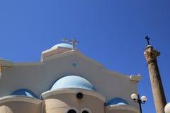 Traditionell grekisk ortodox kyrka med den forntida pelaren på den grekiska ön Royaltyfria Bilder