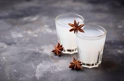 Traditionell grekisk ouzo, alkoholdrink med anis royaltyfri bild