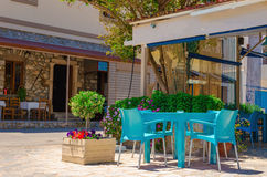 Traditionell grekisk restaurang med blåttstolar på den Kalymnos ön Royaltyfria Bilder