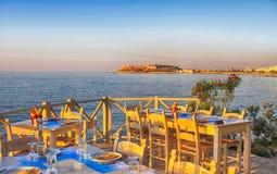 Traditionell grekisk utomhus- restaurang på terrass på gatavillag Royaltyfri Bild