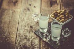 Traditionell grekisk vodka - ouzo i sköt exponeringsglas arkivfoto