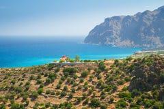 Grekkyrka på segla utmed kusten av Crete Royaltyfri Foto