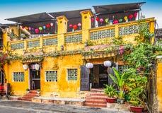 Traditionell gul byggnad i Hoi An, Vietnam arkivbilder