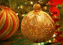 Traditionell guld- julprydnad på träd Royaltyfri Bild