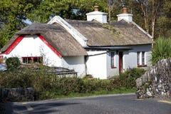 Traditionell halmtäckt vägrenstuga Irland Royaltyfri Foto
