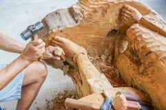 Traditionell hantverkare som snider teakträträ Royaltyfri Fotografi