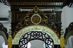 Traditionell hantverkdetalj för Mimbar på Abidin Mosque i Kuala Terengganu, Malaysia Fotografering för Bildbyråer