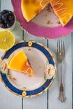 Traditionell hemlagad citron- och blåbärkaka Royaltyfri Bild