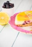 Traditionell hemlagad citron- och blåbärkaka Arkivfoton