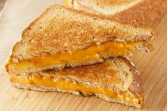 Traditionell hemlagad grillad ostsmörgås royaltyfria bilder
