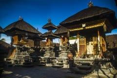 Traditionell hinduisk tempel i Bali och blå himmel Arkivbilder
