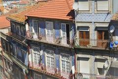 Traditionell historisk fasad i Porto blåtttegelplattor royaltyfri fotografi