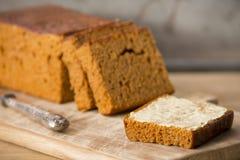 Traditionell holländsk kryddabröd eller `-ontbijtkoek` med smör Arkivbild