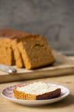 Traditionell holländsk kryddabröd eller `-ontbijtkoek` med smör Royaltyfri Bild