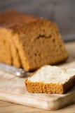 Traditionell holländsk kryddabröd eller `-ontbijtkoek` med smör Royaltyfri Foto