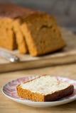 Traditionell holländsk kryddabröd eller `-ontbijtkoek` med smör Royaltyfri Fotografi