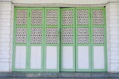 Traditionell hopfällbar dörr av Abidin Mosque i Kuala Terengganu, Malaysia Royaltyfria Foton